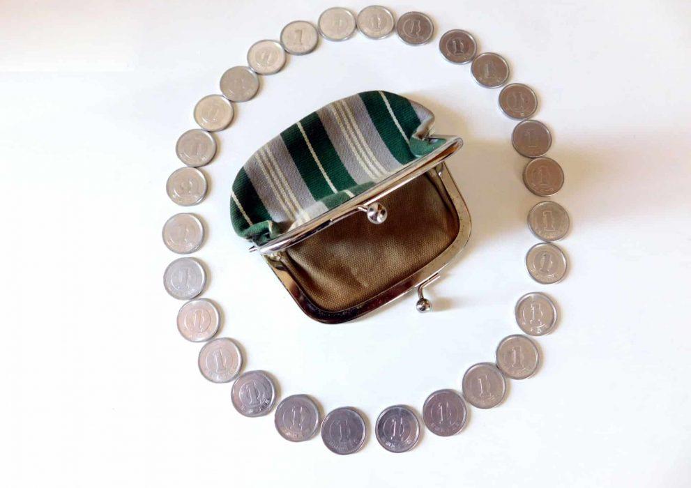 がま口財布の周りにコイン