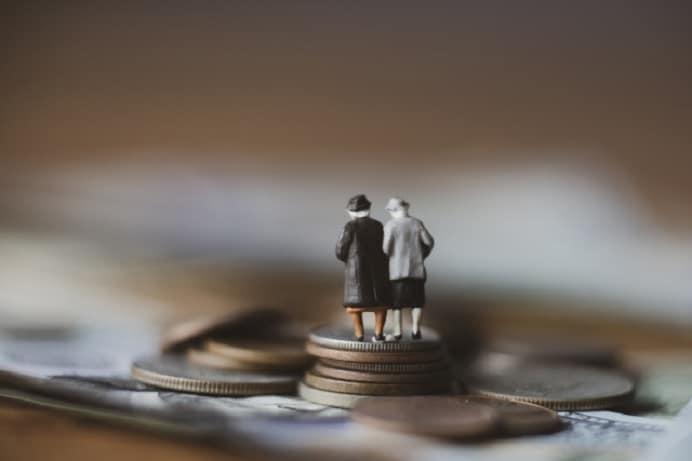 コインの上に高齢者のオブジェ