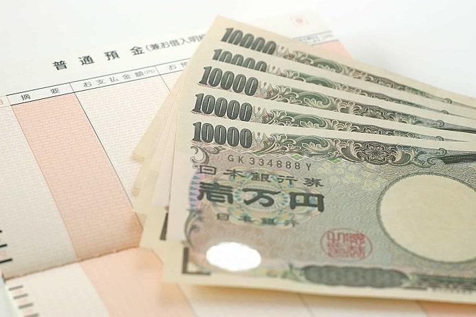 通帳の上に1万円札