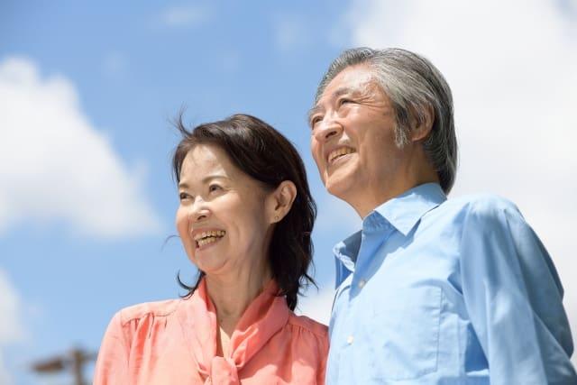 さわやかな笑顔の老夫婦、晴天