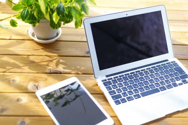 木目調の机の上にパソコンとタブレット