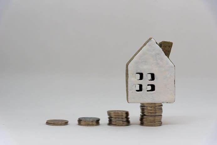 積んだコインと家のモチーフ