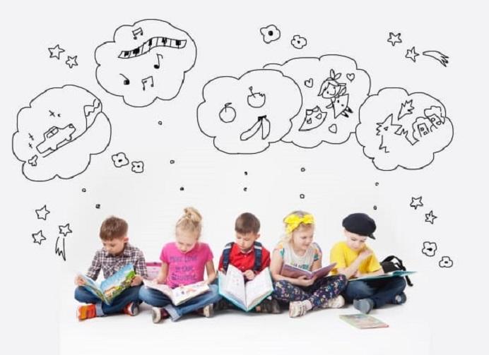 本を持ち想像している子供たち