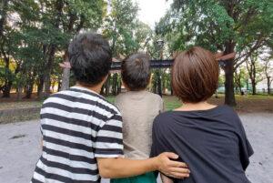 後ろ向きの三人家族